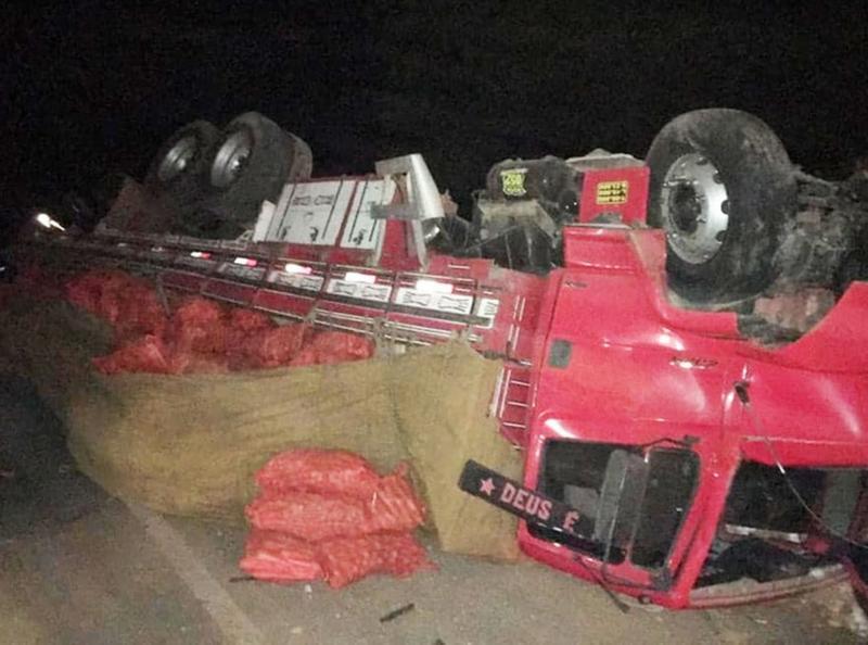 Batida entre caminhão e carro deixa ao menos 6 mortos no norte da BA