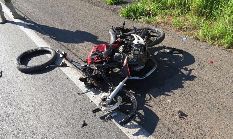 Jovem morre após acidente entre moto e carreta no oeste da BA; veículo fica destruído