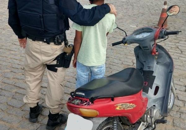 Polícia flagra criança de 11 anos pilotando sozinha moto em rodovia