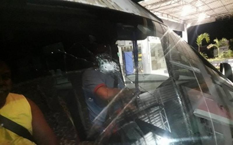 Bandidos atiram em van em tentativa de assalto na BR-116, próximo ao Entroncamento de Jaguaquara