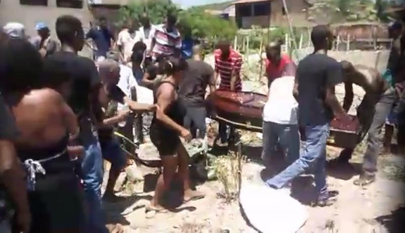 Inhambupe: Jovem morto após ser baleado no carnaval é enterrado