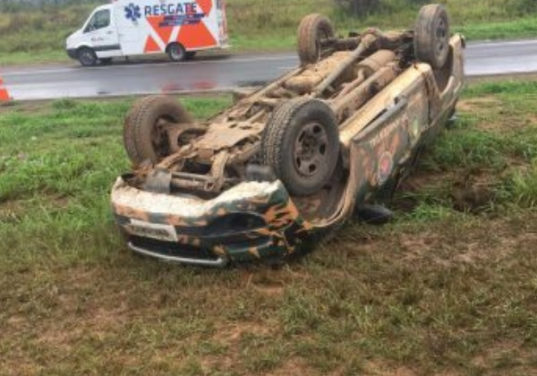 Viatura da Polícia Militar capota na BR-324 e acidente deixa três feridos